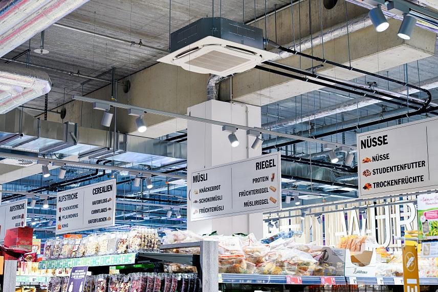 Verkaufsraum wird von Deckenkassetten klimatisiert