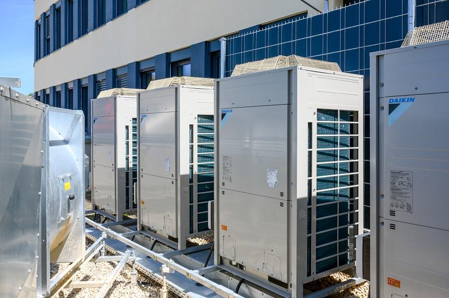 Die Kombination von effizienten Wärmepumpen zum Erwärmen und Kühlen von Außenluft und Lüftungsgeräten mit Wärmerückgewinnung ist hocheffizient.
