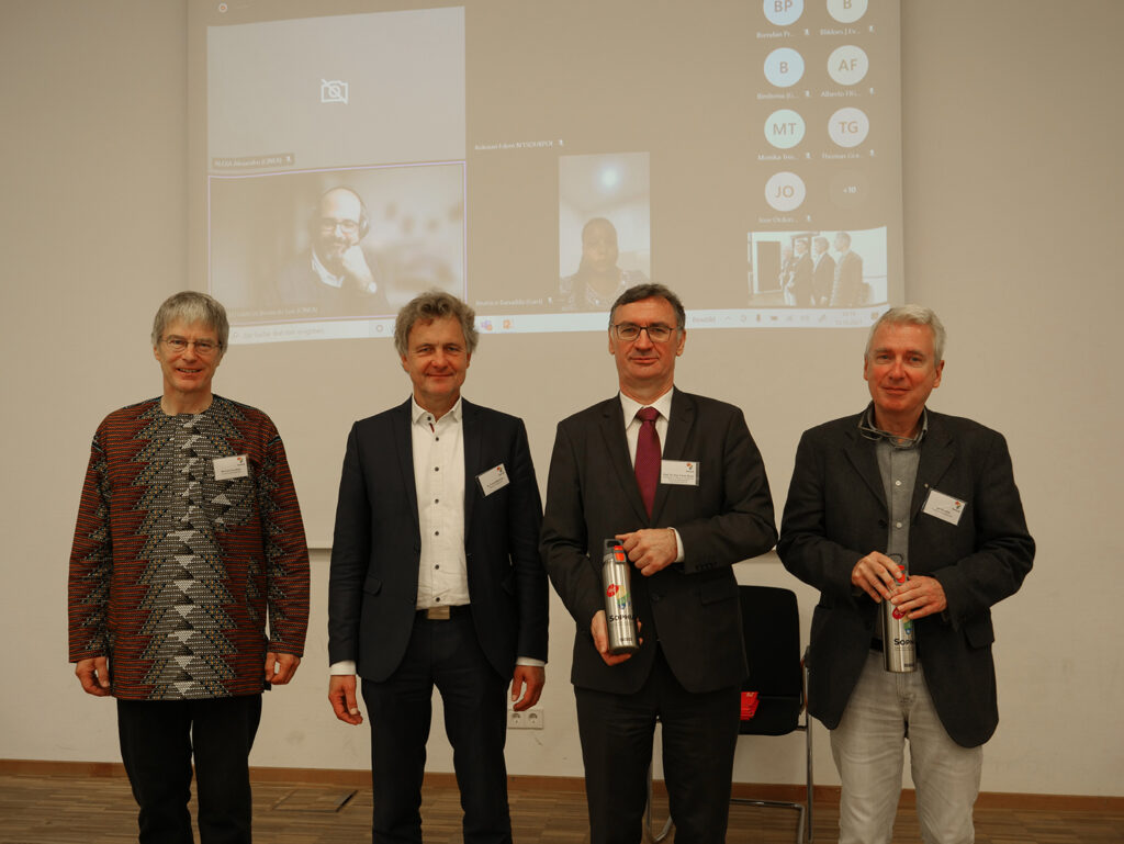 """Der Startschuss für das internationale Forschungsprojekt """"SophiA"""" an der Hochschule Karlsruhe (von links): Prof. Michael Kauffeld, Dr. Frank Mentrup (OB Karlsruhe), Prof. Franz Quint (Prorektor) und Prof. Jan Hoinkis (Abb. © John Christ/HKA)"""